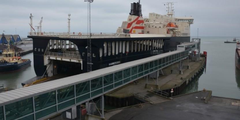 Hammerodde påsejler molehovede i Køge Havn